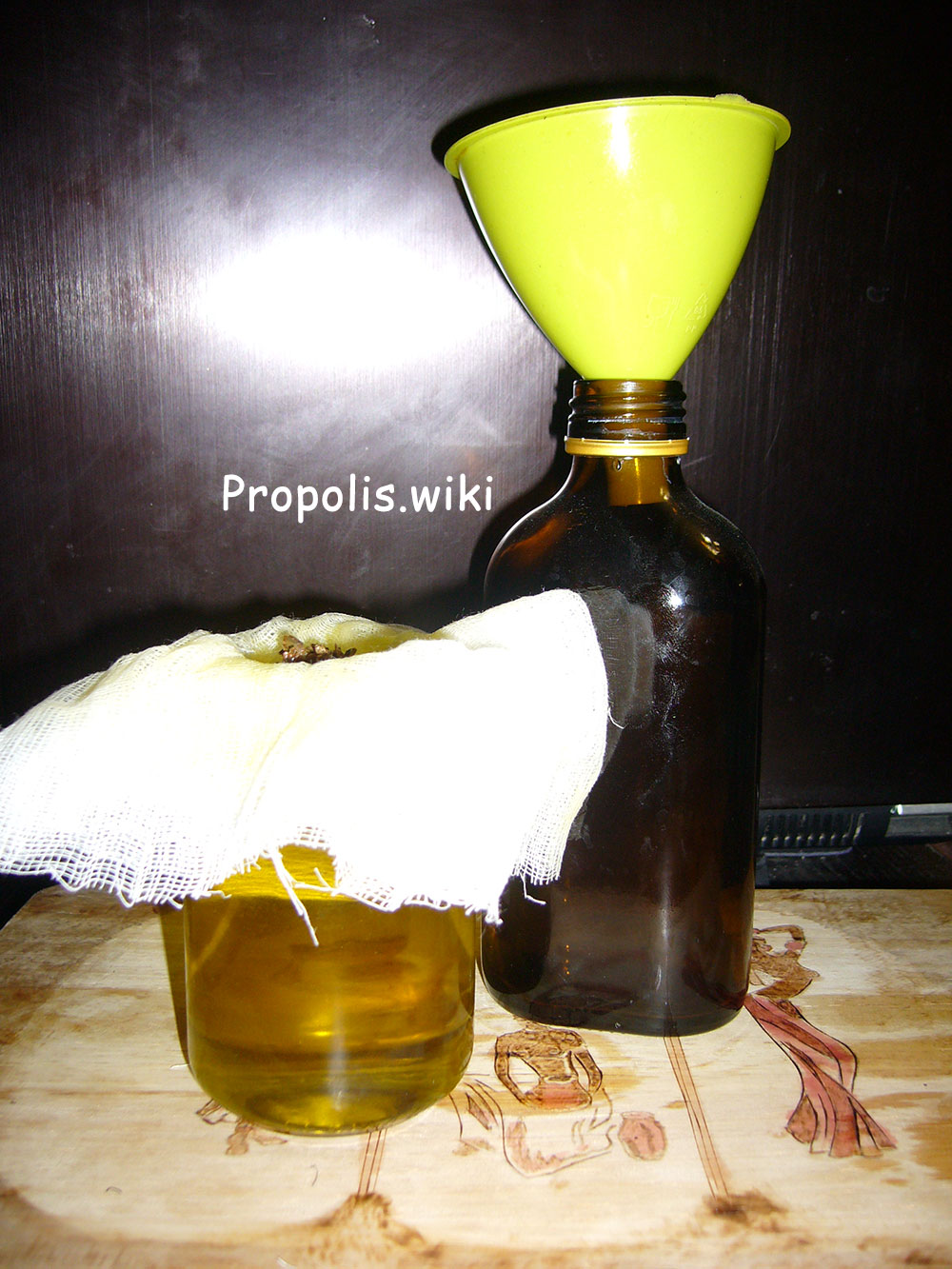Переливаем готовый эликсир «ЗДОРОВ» в бутылочку.